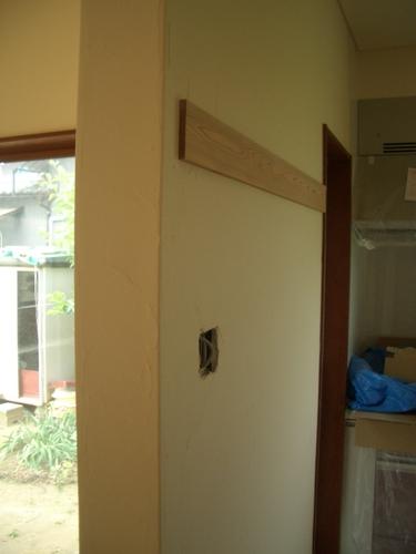 半仕切りの壁。珪藻土のこてムラが分かると思います。照明を点けるとよく分かります。