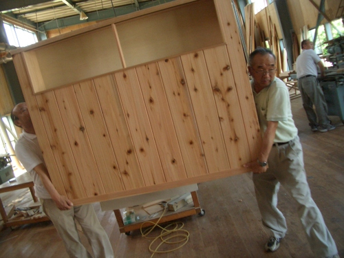 専用設計のキッチンカウンターが工場から搬入されます。