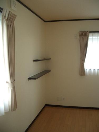 2階居室カーテン取り付け。飾り棚。