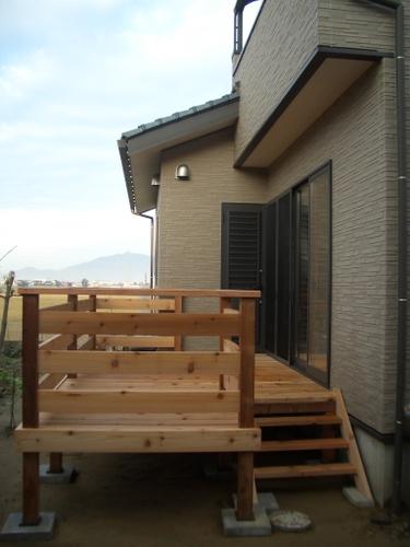 年末に待望のウッドデッキ完成!レッドシダー材で造りました。これで新築日記は完了しますが、これからは「我が家の仲間」で草花木を載せたいと思います。