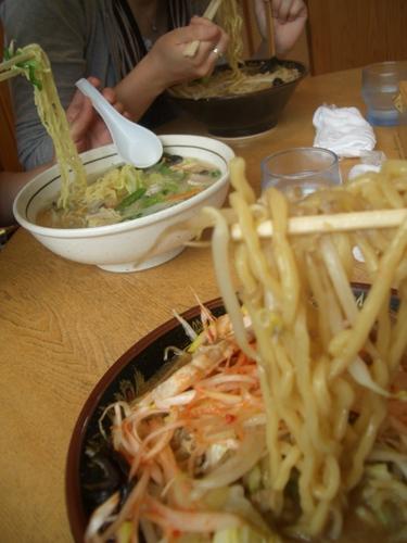 八珍亭、手前から辛子ネギ味噌・タン麺・味噌ラーメン。
